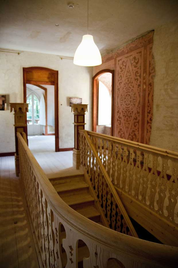 "A caixa de escadas foi totalmente reconstruída, faltando-lhe ainda parte da pintura mural que faz dela a ""jóia do interior"""