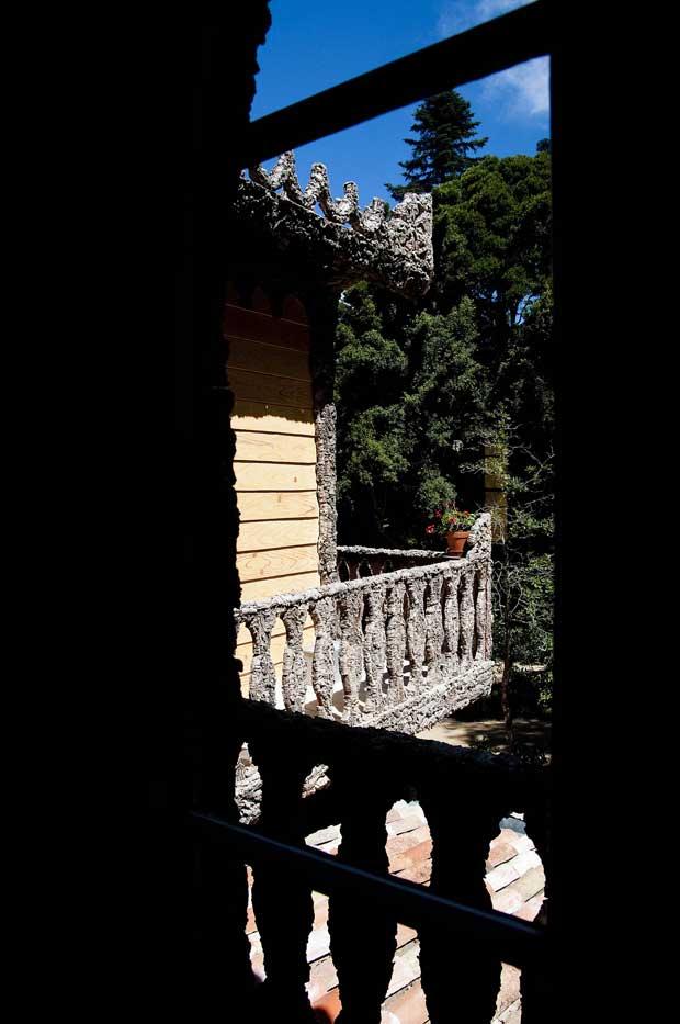 O primeiro andar é complementado por uma varanda que o envolve totalmente, permitindo vistas para diferentes zonas do parque
