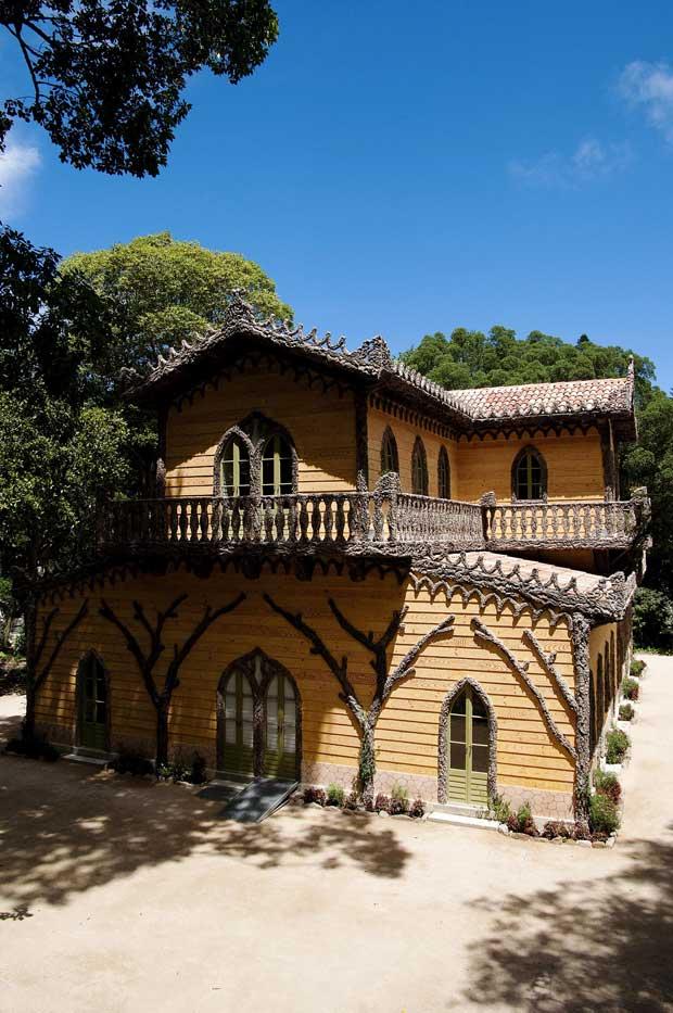 A arquitectura do chalet – de influências desconhecidas - é composta pelo rés-do-chão rectangular e um primeiro andar em forma de cruz