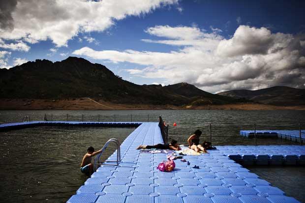 Na Barragem de Santa Luzia, uma piscina flutuante é garante de momentos refrescantes