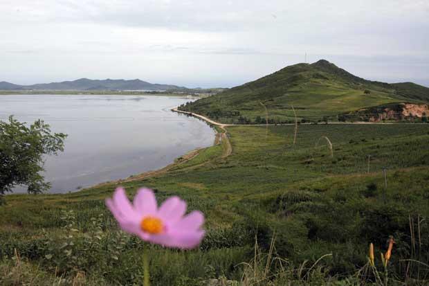 Vista para uma lagoa perto da cidade portuária de Rason.