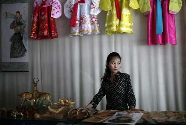 Uma trabalhadora de uma loja de recordações, em Rason.