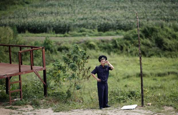 Um guarda da fronteira China - Coreia do Norte, em Wonjong-ri, Rason.