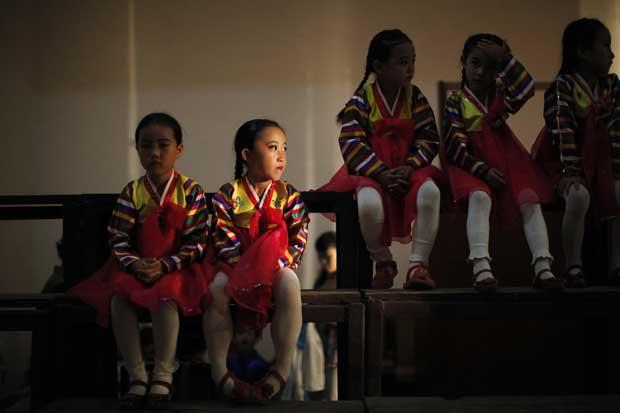 As jovens estrelas de um espectáculo em Rajin aguardam a subida ao palco.