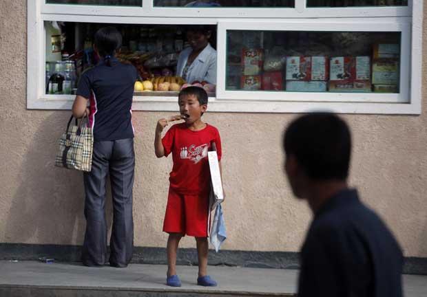 Saborear um gelado perto do mercado local de Rason. Em zonas especiais fronteiriças, como a desta cidade, o Estado norte-coreano faz aproximações ao mercado livre.