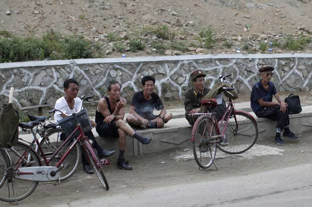Um momento para descansar as bicicletas e observar os turistas.