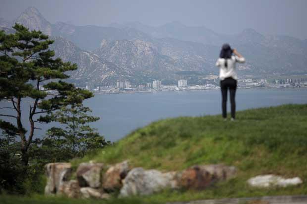 Uma das participantes na delegação turística chinesa no monte Kumgang, onde o resort homónimo já representou uma aproximação entre as duas Coreias, quando a do Norte permitia a visita de cidadãos da do Sul. A morte de uma turista sul-coreana e eventos consequentes pôs fim à aproximação. É hoje um resort-fantasma.