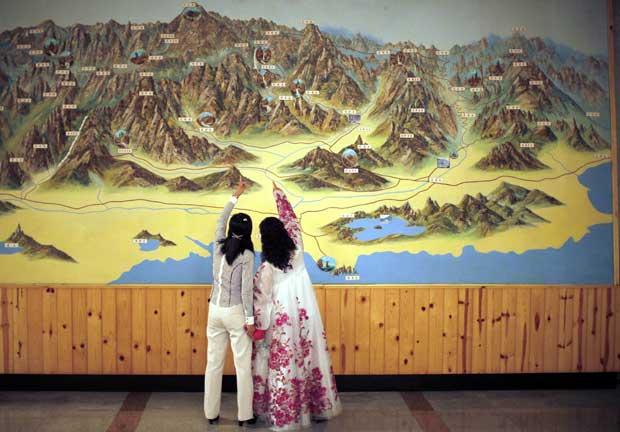 Um montanhoso mapa na parede de um hotel no resort de Kumgang.
