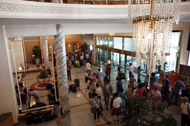 A chegada dos turistas ao hotel, em Kumgang, preparado especialmente para receber a delegação turística chinesa.