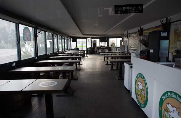 O restaurante vazio da deserta área comercial do resort de Kumgang, cidade-fantasma desde a interdição a turistas sul-coreanos.