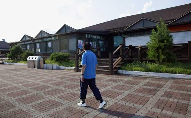 Pelas ruas da deserta área comercial do resort de Kumgang, cidade-fantasma desde a interdição a turistas sul-coreanos.