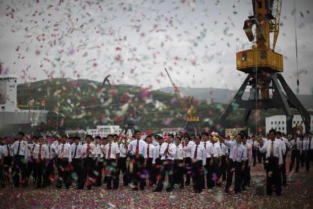 O coreografado e festivo adeus de moradores aos turistas chineses.