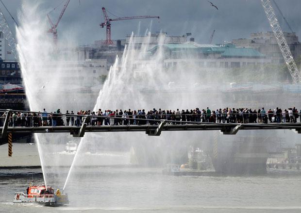 Reino Unido, Londres, 10.11.2011 | Uma multidão, na Millenium Bridge, assiste ao Festival do Tamisa.