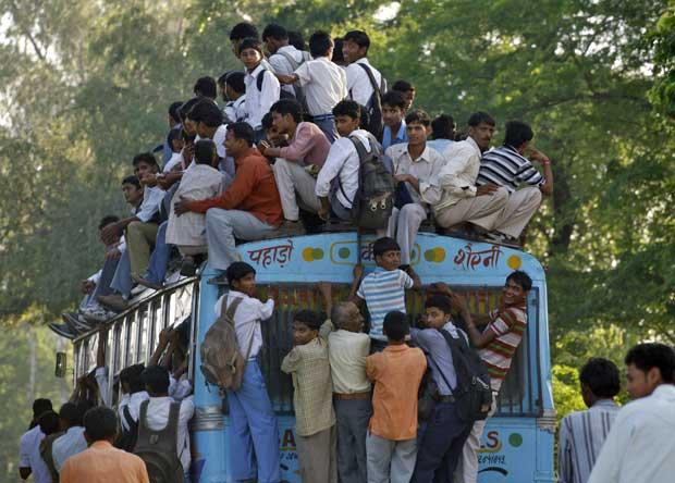 Índia, Khurja, 13.09.2011 | Um autocarro realmente apinhado em mais um dia na vida de Khurja, cidade indiana do estado de Uttar Pradesh.