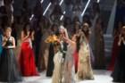 A Miss Angola, Leila Lopes, é coroada Miss Universo pela anterior detentora do título, Ximena Navarrete do México