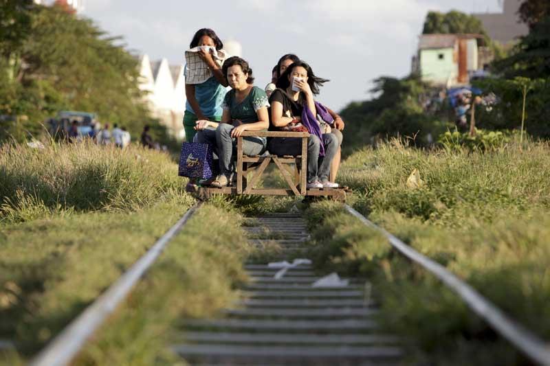 Filipinas, 14.09.2011 | Outra forma de viajar: Em Bicutan, os passageiros pagam um bilhete, que varia conforme a distância - entre 20 e 70 pesos (33 cêntimos e pouco mais de um euro) -, e têm direito ao transporte nesta vagoneta.