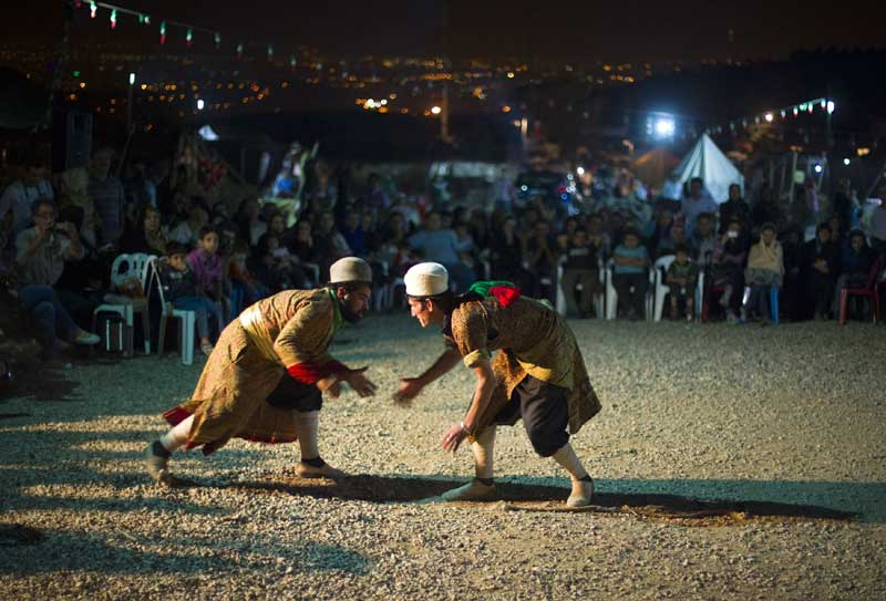 Irão, Teerão, 16.09.2011 | Dois nómadas iranianos Ghashghai enfrentam-se num jogo chamado Dorna Bazi, durante um festival dos pastores nómadas no norte de Teerão. Todos os anos, os Ghashghai, que habitam em Fars na província do Sul Isfahan, escapam à estação quente viajando com os seus rebanhos para zonas mais propícias junto ao Golfo Pérsico.