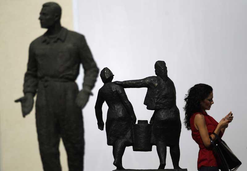 Bulgária, Sofia, 19.09.2011 | Uma visitante passeia pelo parque de esculturas do Museu da Arte Socialista, um espaço dedicado à era comunista inaugurado esta segunda-feira em Sofia.