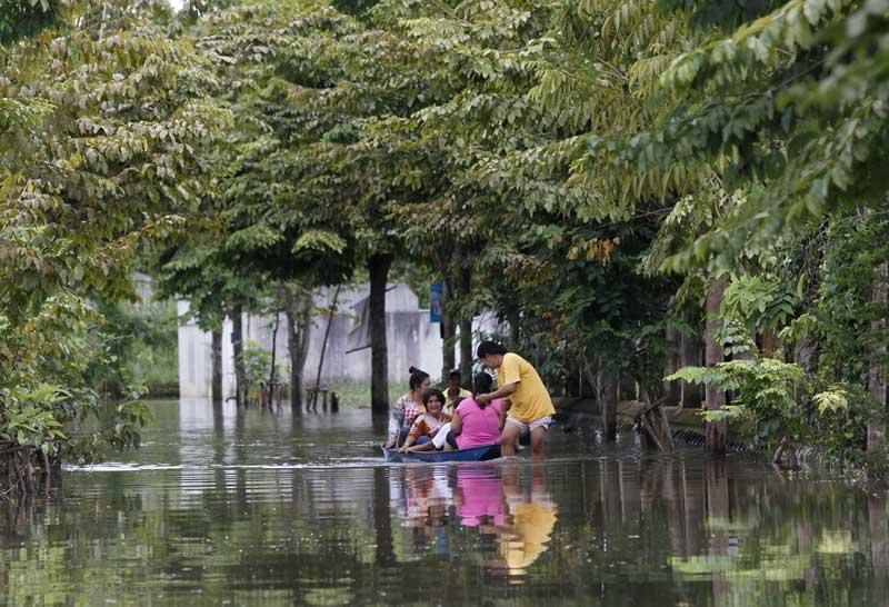 Tailândia, 19.09.2011 | Sobreviver às trágicas cheias: com as ruas alagadas, aqui na província de  Nonthaburi, perto de Banguecoque, os residentes recorrem aos barcos.