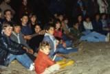 """1983 Um """"fogo de concelho"""" num acampamento de escuteiros nas lagoas de Quiaios, com amizades que ainda hoje frequento. É fácil identificar-me: já agarrado à viola, paixão que se mantém na minha vida."""