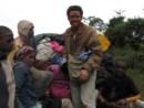 2006, Fronteira Congo/Gabão: durante a viagem que deu origem ao livro África Acima. À boleia nas traseiras desta pick-up,oito horas de pó e cacimba. O resultado é confuso: de que raça é a cor da pele deste viajante?