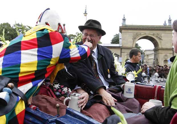 O presidente da câmara de Munique, Christian Ude, na parada da Oktoberfest, não se faz rogado a participar nas brincadeiras do desfile.
