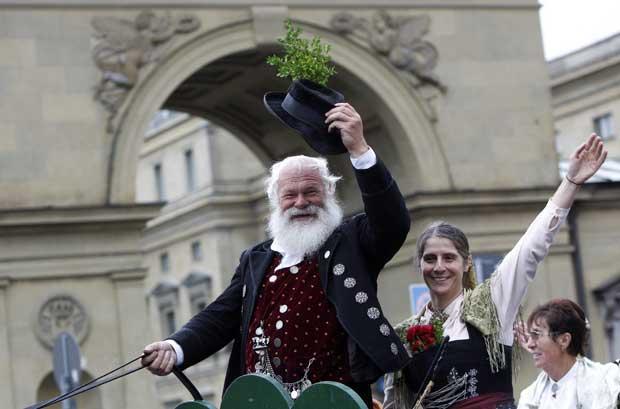 Os participantes da parada, em trajes (e barbas) tradicionais da Baviera.