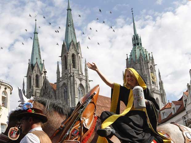 A rainha da festa é a jovem Maria Newrzella, tornada Mauenchner Kindl (personagem que é símbolo da cidade), a imagem viva da festa.
