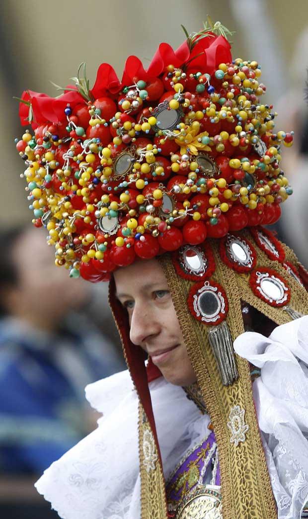 Festejando com traje tradicional.