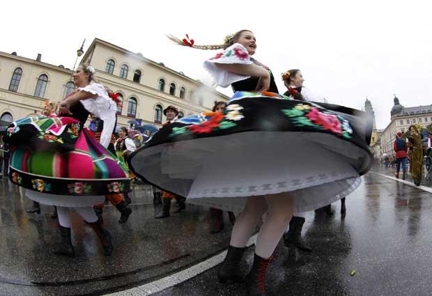 Danças e cantares na parada da Oktoberfest.