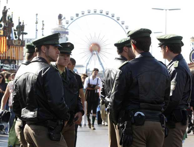 Entre os participantes, há muitos que não podem beber, muito pelo contrário, caso destes agentes alemães. Segurança reforçada.