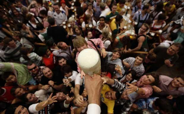 Uma multidão para uma cerveja? Sim, que esta era uma das primeiras e grátis.