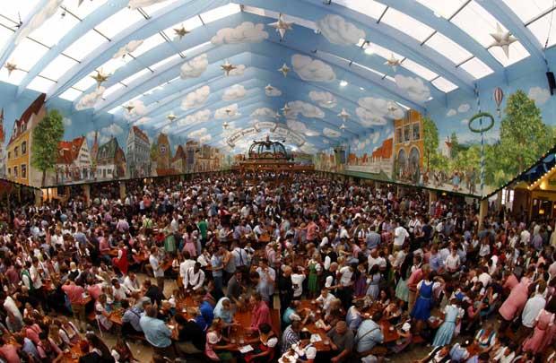 Milhões acorrem à Oktoberfest: deverão vender-se mais de seis milhões de litros de cerveja.