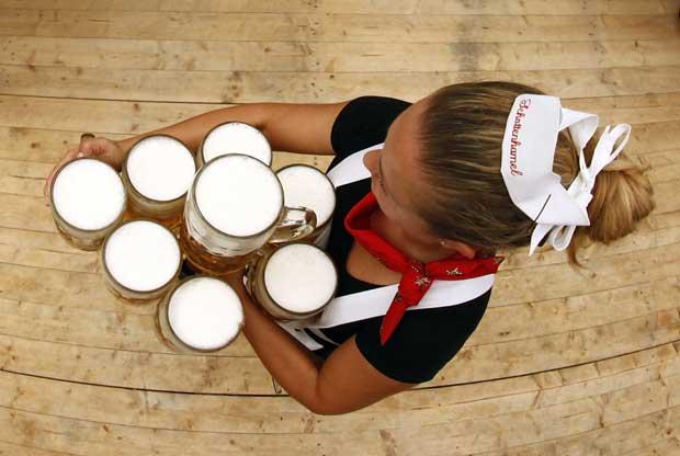 Uma arte: bem contadas, esta empregada leva oito canecas, portanto oito litros, de cerveja.