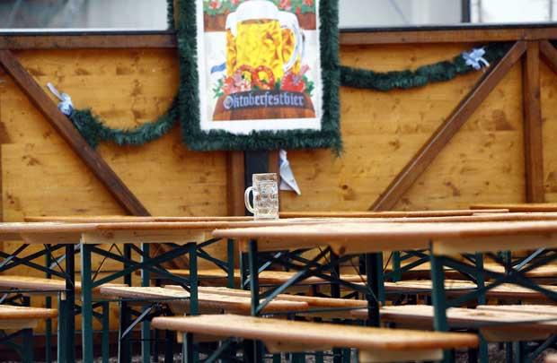 Uma caneca solitária e há uma razão para isso: houve chuva forte durante o fim-de-semana, o que não vai nada bem com esplanadas de cerveja.