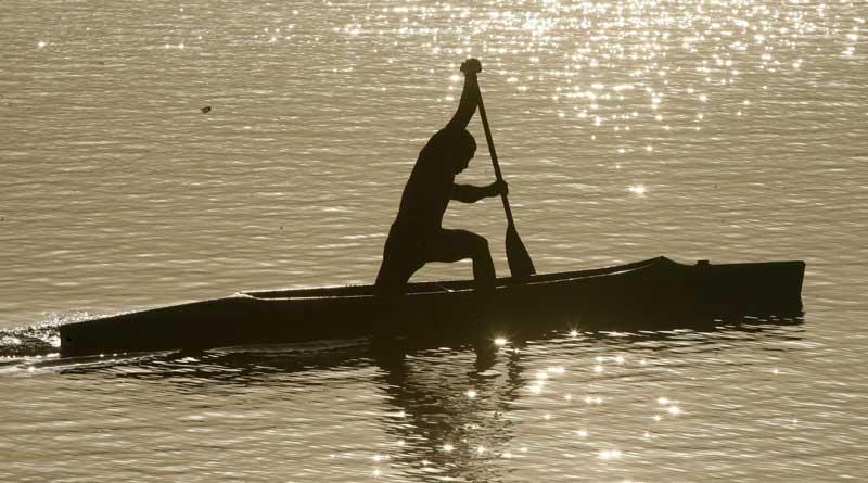 Índia, Chandigarh, 21.09.2011 | Um barqueiro no seu caiaque, no lago Sukhana.
