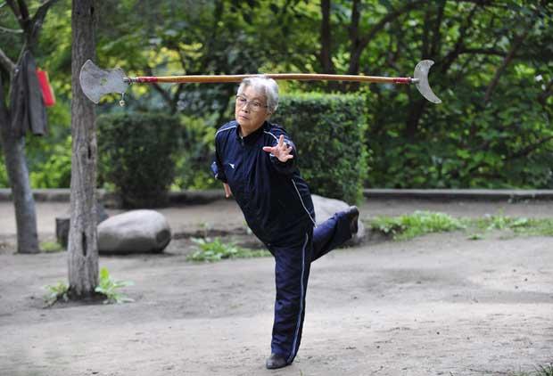 China, Xian, 20.09.2011 | Uma mulher durante o seu exercício quotidiano, neste caso com o