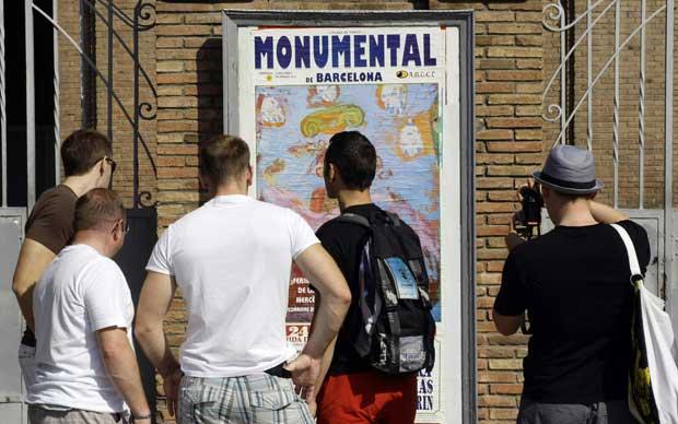 Turistas fotografam o último cartaz, desenhado pelo Miquel Barceló.