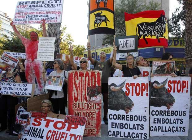 Às portas da última tourada, manifestantes pró e contra defendiam os seus pontos de vista. Aqui, uma das equipas contra a tourada.