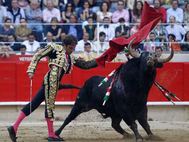 O toureiro Jose Tomas, espada na mão. Foi o toureiro escolhido para matar o touro em plena arena. As crónicas relatam a euforia dos espectadores.