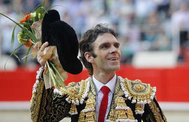 O toureiro Jose Tomas, agraciado com flores e aplausos. O adeus.