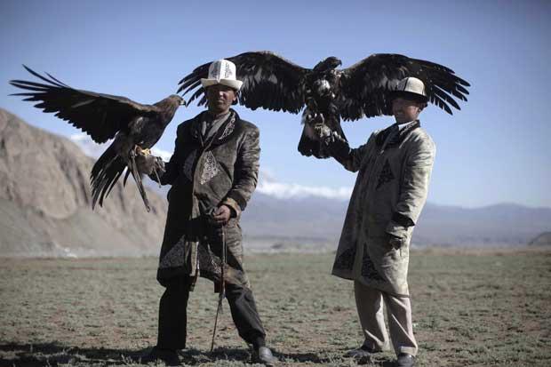 China, 22.09.2011 | Falcoeiros Kirgiz (grupo étnico que vive na região de Kizilsu Kirgiz) numa base de treinos de domesticação das aves. Os falcões são treinados para caçar.