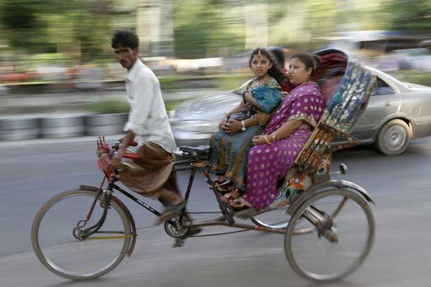 Bangladesh, 23.09.2011 | Um riquexó cruza as ruas de Dhaka.