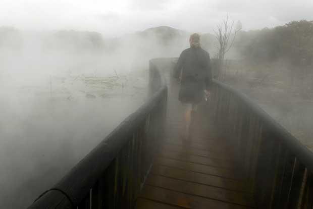 Nova Zelândia, 25.09.2011 | Um passeio entre vapor, por uma ponte sobre águas termais no parque de Rotorua.