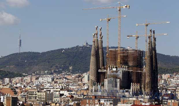 Espanha, Barcelona, 25.09.2011 | A Sagrada Família de Barcelona, o inacabado templo projectado por Gaudí, em eterna construção. E em contínuo aumento de visitantes: até Agosto, teve mais 38% de visitas que em igual período de 2010. Deverá chegar aos três milhões de visitantes até ao final do ano.