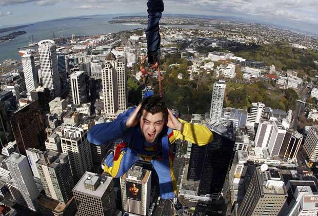 Nova Zelândia, 28.09.2011 | Brad Smith é especialista ems saltos aéreos e aqui está um dos mais recentes: salto da Sky Tower em Auckland.