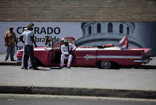 Cuba, 28.09.2011 | À espera de turistas para uma volta no seu carro histórico, em Havana. A paisagem automobilística de Cuba prepara-se para mudar: pela primeira vez desde a revolução em 1959, os cubanos vão poder comprar e vender carros.