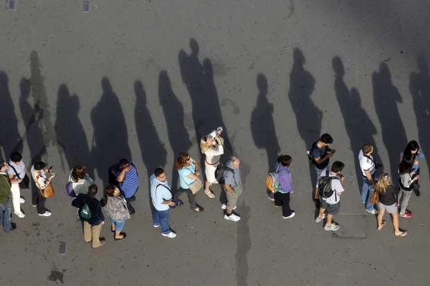 Paris, França, 27.09.2011 | Turistas e sombras captados na fila para entrar na Torre Eiffel.