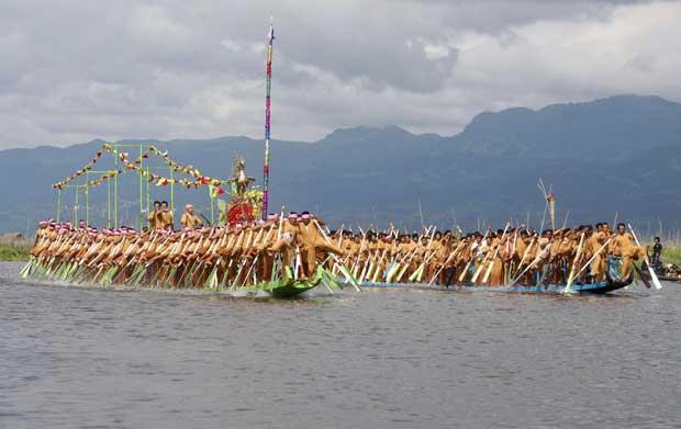 Birmânia/Myanmar, 3.10.2011 | Uma competição tradicional em que os competidores usam as pernas como remos para guiarem estes grandes barcos. Parte do festival anual Phaung Daw no lago Inle.