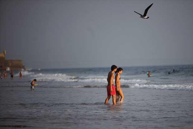 Carcavelos, 02.10.2011 | O Verão prolonga-se em Portugal, Outono adentro, levando milhares às praias. Aqui, um domingo quente em Carcavelos.